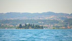 Malerische Landschaft Nord-Italien Seeufers Isola di San Biagio Garda Lake lizenzfreie stockfotos