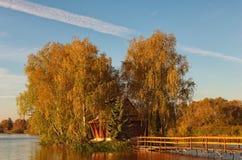Malerische Landschaft von kleiner Insel mit verlassenem Haus und von Bäumen mitten in dem See Herbstmorgenlandschaft lizenzfreie stockfotografie