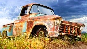 Malerische landwirtschaftliche Landschaft mit altem Auto. Stockfotografie