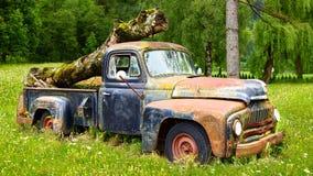 Malerische landwirtschaftliche Landschaft mit altem Auto. Stockfotos