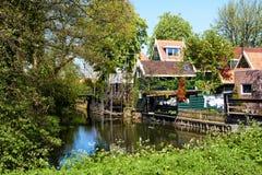 Malerische landwirtschaftliche Landschaft mit typischen holländischen Häusern stockbild