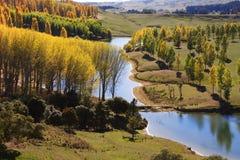 Malerische landwirtschaftliche Seeansicht in den Herbst Lizenzfreie Stockbilder