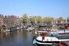 Malerische Nachbarschaft im Herzen von Amsterdam mit einigen erstaunlichen Reflexionen stockfoto