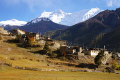 Malerische nepalesische Landschaft mit einem Dorf Stockbild