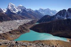 Malerische nepalesische Landschaft mit einem See Lizenzfreies Stockbild