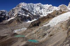 Malerische nepalesische Landschaft mit einem See Lizenzfreies Stockfoto