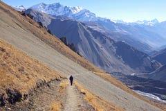 Malerische nepalesische Landschaft mit Gehweg Stockfotos