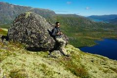 Malerische Norwegen-Gebirgslandschaft mit Touristen lizenzfreie stockfotografie