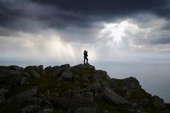 Malerische Norwegen-Landschaft mit Touristen. lizenzfreies stockfoto