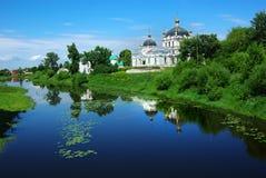 Malerische russische Landschaft mit Kirche. Stockbild