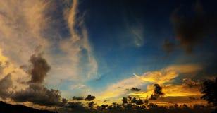 Malerische schöne Ansicht des Himmels bei Sonnenuntergang über tropischem Meer Lizenzfreies Stockfoto
