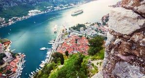Malerische Seeansicht von Boka Kotorska, Montenegro, alte Stadt Kotor Trieb von der Luft, von der Gebirgsverstärkung, weit Lizenzfreie Stockbilder