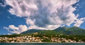 Malerische Seeansicht von Boka Kotorska, Montenegro, alte Stadtfestung Herzeg Novi Trieb Weitwinkel, Sonnenuntergang Lizenzfreies Stockbild