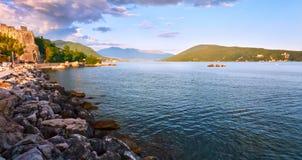 Malerische Seeansicht von Boka Kotorska, Montenegro, alte Stadtfestung Herzeg Novi Trieb Weitwinkel, Sonnenuntergang Stockfotografie