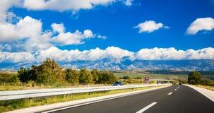 Malerische Straße irgendwo in Kroatien Stockbild