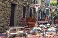 Malerische Straße mit Restaurant Stockfotos