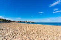 Malerische Strandlandschaft mit Klippen Lizenzfreie Stockbilder
