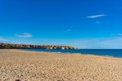 Malerische Strandlandschaft mit Klippen Stockfotos
