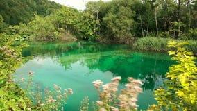 Malerische Wasserfalllandschaft im Plitvice See-Nationalpark stock footage