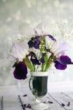 Malerischer Blumenstrauß mit Iris auf einem hölzernen tabl Stockfotos