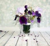 Malerischer Blumenstrauß mit Iris und Wildflowers auf einem hölzernen ta Lizenzfreies Stockbild