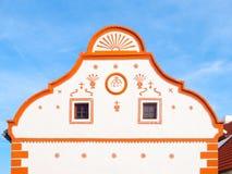 Malerischer Giebel des alten Hauses in Holasovice, kleines ländliches Dorf mit rustikaler barocker Architektur Süd-Böhmen lizenzfreie stockfotos