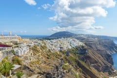 Malerischer Luftpanoramablick von der Höhe auf der Stadt von Fira und von Umgebung Oia auf Santorini Insel Stockfoto