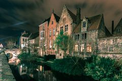 Malerischer Nachtkanal in Brügge, Belgien Lizenzfreie Stockbilder