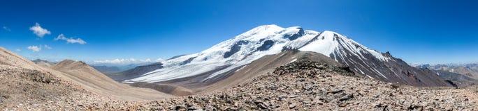 Malerischer Panoramablick des Gebirgszugs im Schnee stockfotos