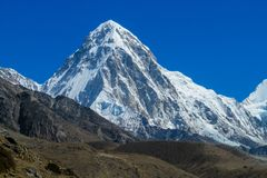 Malerischer Schneeberg am Trekking EBC niedrigen Lagers Everest in Nepal stockfotos