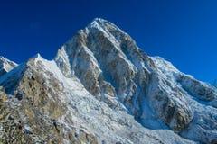 Malerischer Schneeberg am Trekking EBC niedrigen Lagers Everest in Nepal stockbild
