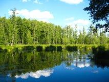 Malerischer See mit dem reflektierten Himmel Lizenzfreie Stockfotos