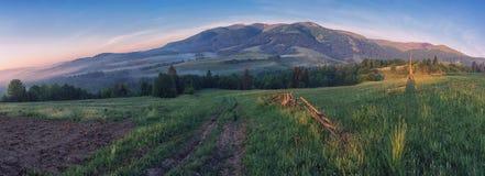 Malerischer Sonnenaufgang am Fuß des Berges Stockfotos