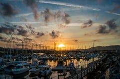 Malerischer Sonnenuntergang über Coffs- Harbourjachthafen und -stadt stockfotografie