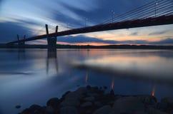 malerischer Sonnenuntergang, Ansicht über Brücke über Weichsel in Kwidzyn in Polen Stockbild