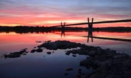 malerischer Sonnenuntergang, Ansicht über Brücke über Weichsel in Kwidzyn in Polen Stockfotografie