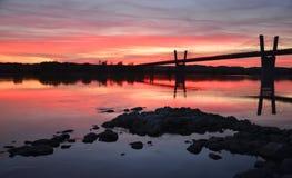 malerischer Sonnenuntergang, Ansicht über Brücke über Weichsel in Kwidzyn in Polen Stockfotos