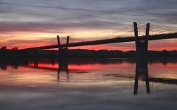 malerischer Sonnenuntergang, Ansicht über Brücke über Weichsel in Kwidzyn in Polen Lizenzfreie Stockfotos