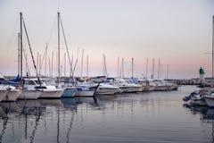 Malerischer Sonnenuntergang mit Yachten am Pier auf der Küste Lizenzfreie Stockfotos