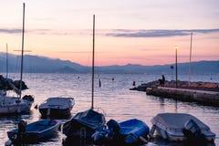 Malerischer Sonnenuntergang mit Yachten am Pier auf der Küste Lizenzfreie Stockbilder