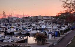 Malerischer Sonnenuntergang mit Yachten am Pier auf der Küste Lizenzfreies Stockbild