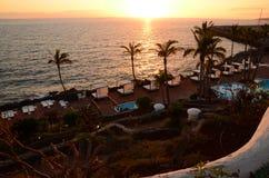 Malerischer Strandclub bei Sonnenuntergang in Costa Adeje auf Teneriffa Lizenzfreie Stockfotografie