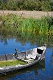 Malerisches Boot mit Lemnoideae auf Donau-Dreieck Stockbilder