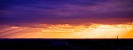 Malerisches drastisches Panorama des Sonnenunterganghimmels über dunklen flachen Skylinen stockbilder