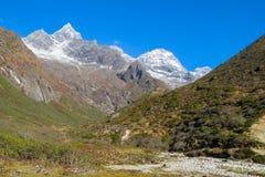 Malerisches Gebirgstal am Trekking EBC niedrigen Lagers Everest in Nepal lizenzfreie stockfotos