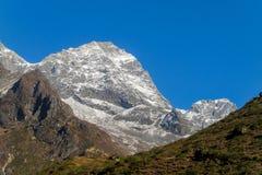 Malerisches Gebirgstal am Trekking EBC niedrigen Lagers Everest in Nepal lizenzfreie stockbilder