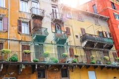 Malerisches Haus auf dem quadratischen Marktplatz delle Erbe, Verona, Italien Lizenzfreie Stockfotos