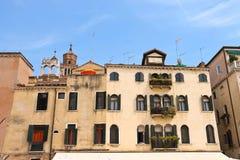 Malerisches italienisches Haus auf einem Hintergrund der Kirche Santa Maria Stockfotografie