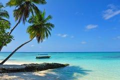 Malerisches klares Meer, das eine maledivische Insel umgibt Lizenzfreie Stockfotos
