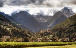 Malerisches Schloss und Berge Lizenzfreie Stockfotos